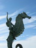 Little Boy auf Seahorse-Statue in Puerto Vallarta, Mexiko Stockbild