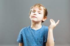 Little Boy-Ausdrücke - arroganter Geschichtenerzähler Stockbild