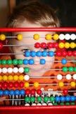 Little Boy avec compter le jouet Images libres de droits