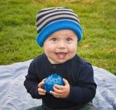 Little Boy avec la bille Photos stock