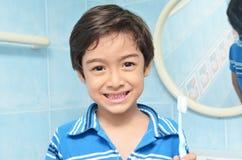 Little Boy avec la brosse à dents Photos stock