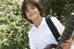Little Boy Bawić się gitarę Zdjęcia Royalty Free