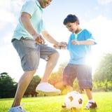 Little Boy Bawić się piłkę nożną Z Jego ojca pojęciem obrazy stock