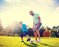 Little Boy Bawić się piłkę nożną Z Jego ojcem Obraz Stock