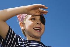 Little Boy Bawić się pirata obrazy stock