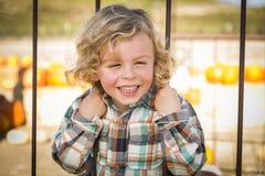 Little Boy Bawić się przy parkiem Obraz Royalty Free