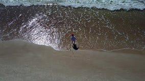 Little Boy bawić się z Dennym Powietrznym trutnia odgórnego widoku 4K UHD wideo zdjęcie wideo