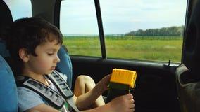 Little Boy Bawić się Z zabawką W Poruszającym samochodzie zbiory wideo