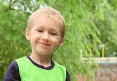 Little Boy blondynu Szczęśliwy ono Uśmiecha się plenerowy Obraz Stock