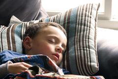 Little Boy bonito que dorme no sofá Imagens de Stock