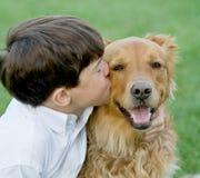 Little Boy che bacia cane Fotografie Stock Libere da Diritti