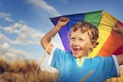 Little Boy che gioca concetto di godimento di felicità di divertimento dell'aquilone all'aperto fotografie stock libere da diritti