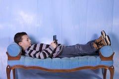 Little Boy che gioca i video giochi Fotografie Stock Libere da Diritti