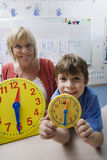 Little Boy che impara dire tempo Fotografia Stock Libera da Diritti
