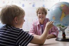 Little Boy che impara geografia Fotografia Stock