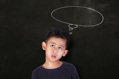 Little Boy che pensa qualcosa Immagine Stock