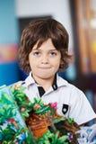 Little Boy com ofício no jardim de infância imagens de stock royalty free