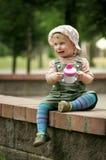 Little Boy con la tazza Fotografia Stock
