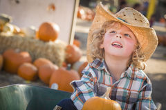Little Boy in Cowboy Hat bij Pompoenflard Stock Afbeelding