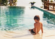 Little Boy dans la piscine images stock