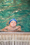 Little Boy dans la piscine Photographie stock
