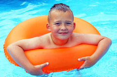 Little Boy dans la piscine Images stock