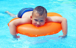 Little Boy dans la piscine Photo stock