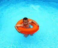 Little Boy dans la piscine Photos stock