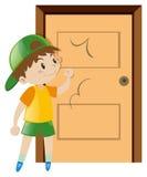 Little Boy, das auf der Tür klopft Lizenzfreie Stockfotografie