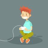 Little Boy, das den Steuerknüppel spielt Computer-Videospiel hält Lizenzfreies Stockfoto