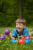 Little Boy, das im Gras lacht Lizenzfreie Stockfotos