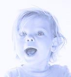 Little Boy, das im hellen Licht lächelt Stockfoto
