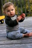 Little Boy, das mit seinem Auto spielt Stockfotografie