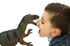 Little Boy, das mit seinem Toy Dinosaur spielt Lizenzfreie Stockbilder
