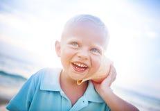 Little Boy, das Spaß auf einem Strand hat Lizenzfreie Stockbilder