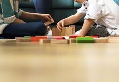 Little Boy, das Toy Blocks spielt Stockfoto