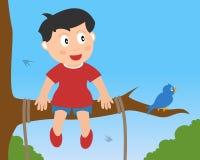 Little Boy dat op een Tak zit Stock Afbeelding