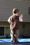 Little Boy dat uit de Trampoline kijkt Royalty-vrije Stock Foto