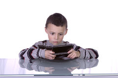 Little Boy dat Videospelletjes speelt royalty-vrije stock afbeeldingen