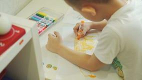 Little Boy dessinant avec le marqueur à son Tableau banque de vidéos