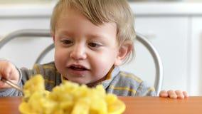 Little Boy die Aardappels eten stock videobeelden