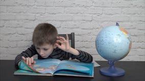Little Boy die Aardrijkskunde leren stock footage
