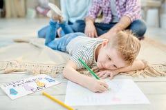 Little Boy die Beeld trekken voor Vadersdag royalty-vrije stock fotografie