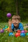 Little Boy die in Gras lachen Royalty-vrije Stock Afbeeldingen