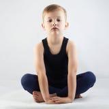 Little Boy die lika zitten een yoga Stock Fotografie
