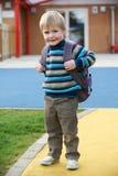 Little Boy die naar School gaan die Rugzak dragen Stock Afbeeldingen