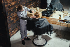 Little Boy Dostaje ostrzyżenie fryzjerem męskim Zdjęcie Royalty Free