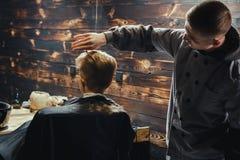 Little Boy Dostaje ostrzyżenie fryzjerem męskim Obraz Royalty Free