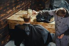 Little Boy Dostaje ostrzyżenie fryzjerem męskim Zdjęcia Stock