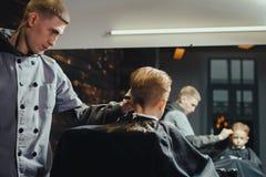 Little Boy Dostaje ostrzyżenie fryzjerem męskim Zdjęcia Royalty Free